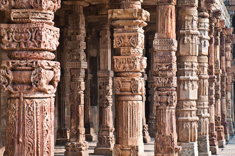 Uit Hindoe en Jain tempels geroofde zuilen in de moskee van Qutb Minar, Delhi
