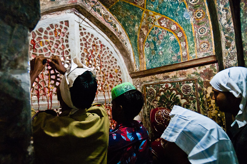 Gelovigen in het Soefi mausoleum, Fatehpur Sikri